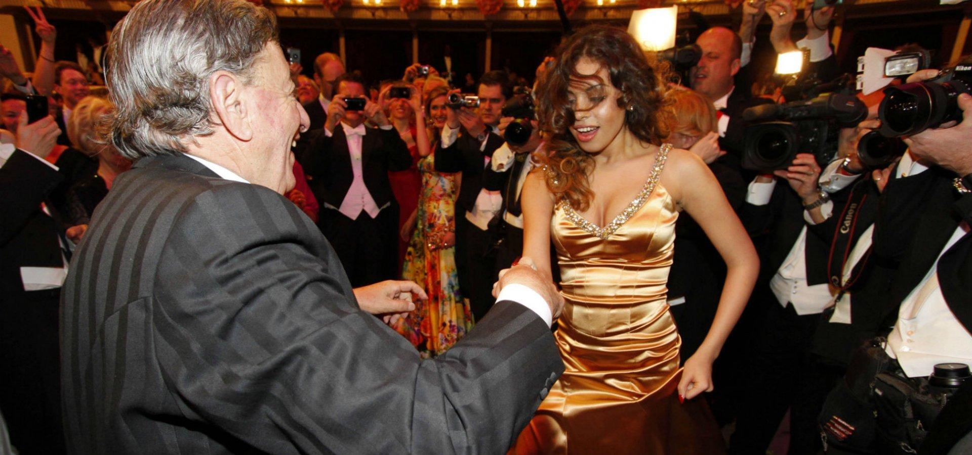 ΣΙΛΒΙΟ ΜΠΕΡΛΟΥΣΚΟΝΙ-παράτησε την 34χρονη σύντροφό του για την 30χρονη βουλευτή, Μάρτα Φασίνα: Ο «ΚΑΒΑΛΙΕΡΕ» ΜΕΓΑΛΩΝΕΙ, ΟΙ ΓΥΝΑΙΚΕΣ ΤΟΥ ΜΙΚΡΑΙΝΟΥΝ...