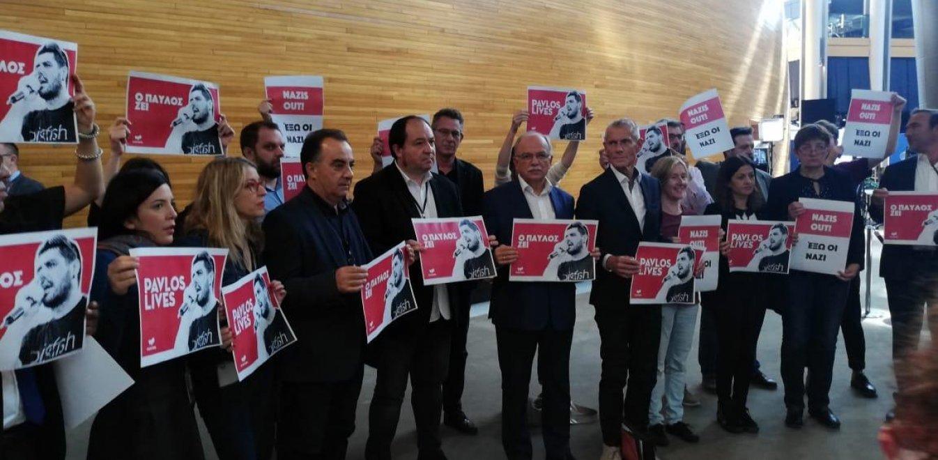 «Ο Παύλος ζει, έξω οι ναζί»: Διαμαρτυρία στο Ευρωκοινοβούλιο για τον Φύσσα (pics)