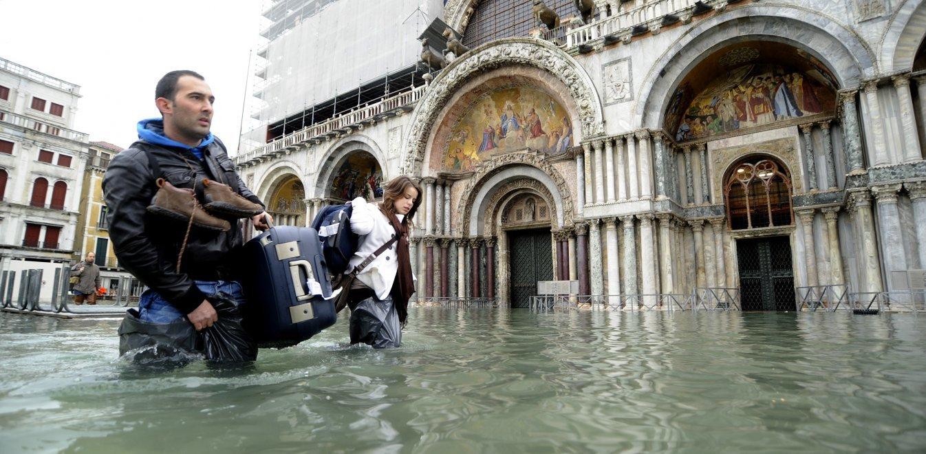Ανοιχτά αλλά πλημμυρισμένα τα εστιατόρια στη Βενετία (vid)