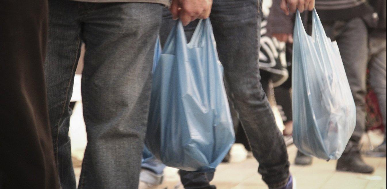 Οι πλαστικές σακούλες «γέμισαν» με 15,5 εκατ. ευρώ τα κρατικά ταμεία