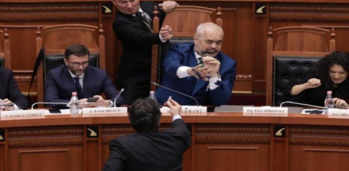 Μαύρο (μελάνι) στον Ράμα, βαθιά κρίση στην Αλβανία (vid)