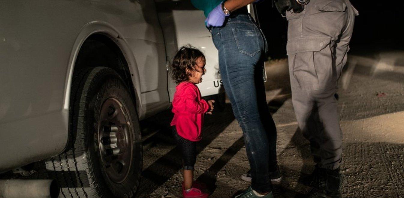 Φωτογραφία της Χρονιάς: Η εικόνα της μικρής Γιαλένα συγκλονίζει, η ίδια όχι
