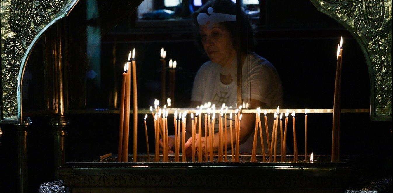 Κορωναϊός: Γεμάτες οι εκκλησίες - Αντισηπτικά, απολυμαντικά και... Αγιος ο Θεός!