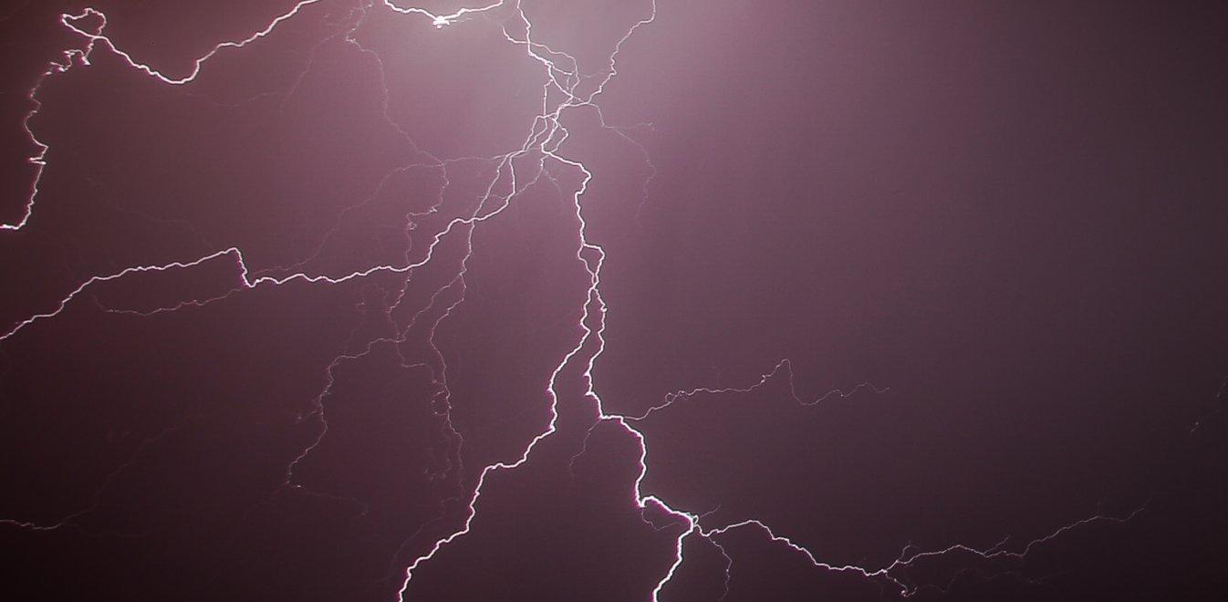Καιρός: Η Βικτόρια και πάλι πάνω από την Αττική - Σφοδρές καταιγίδες (vid)