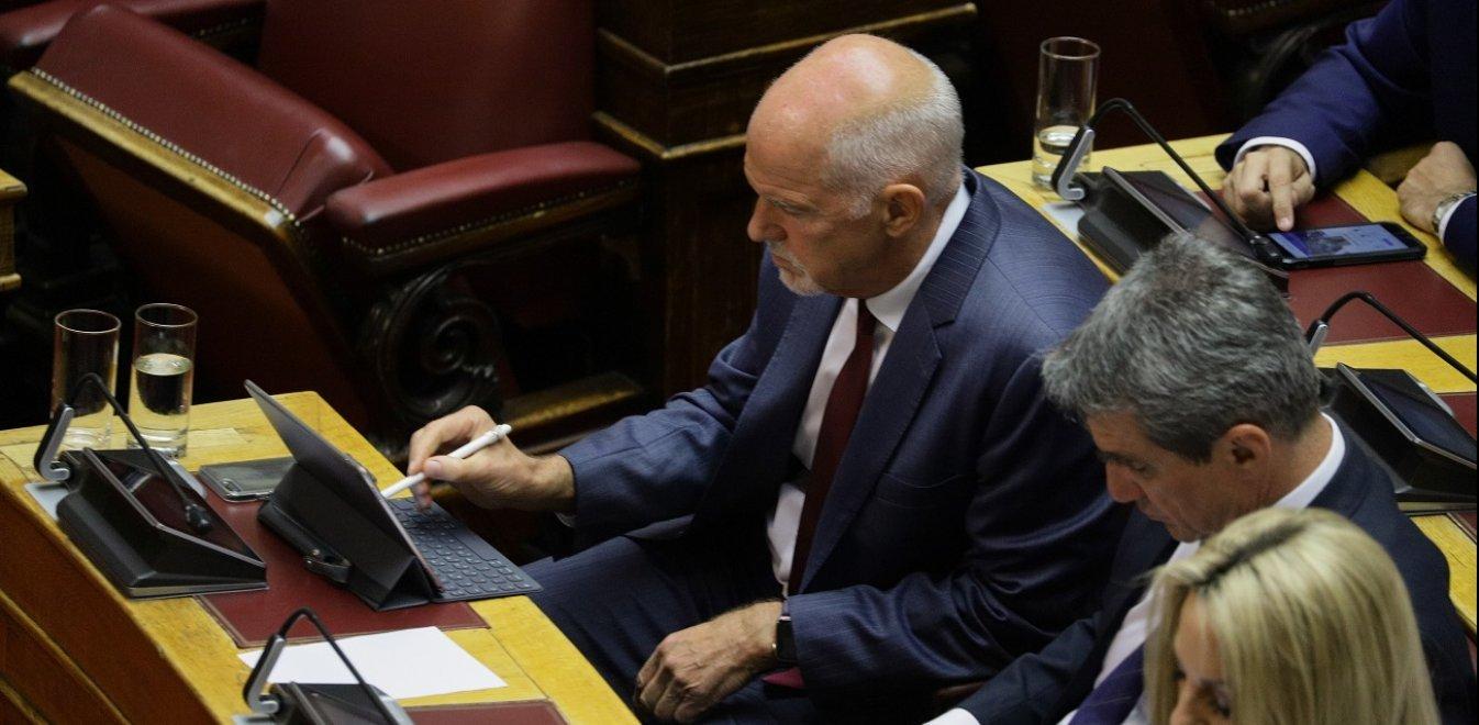 Ο γκατζετάκιας Γιώργος Παπανδρέου στα έδρανα της Βουλής (pics)