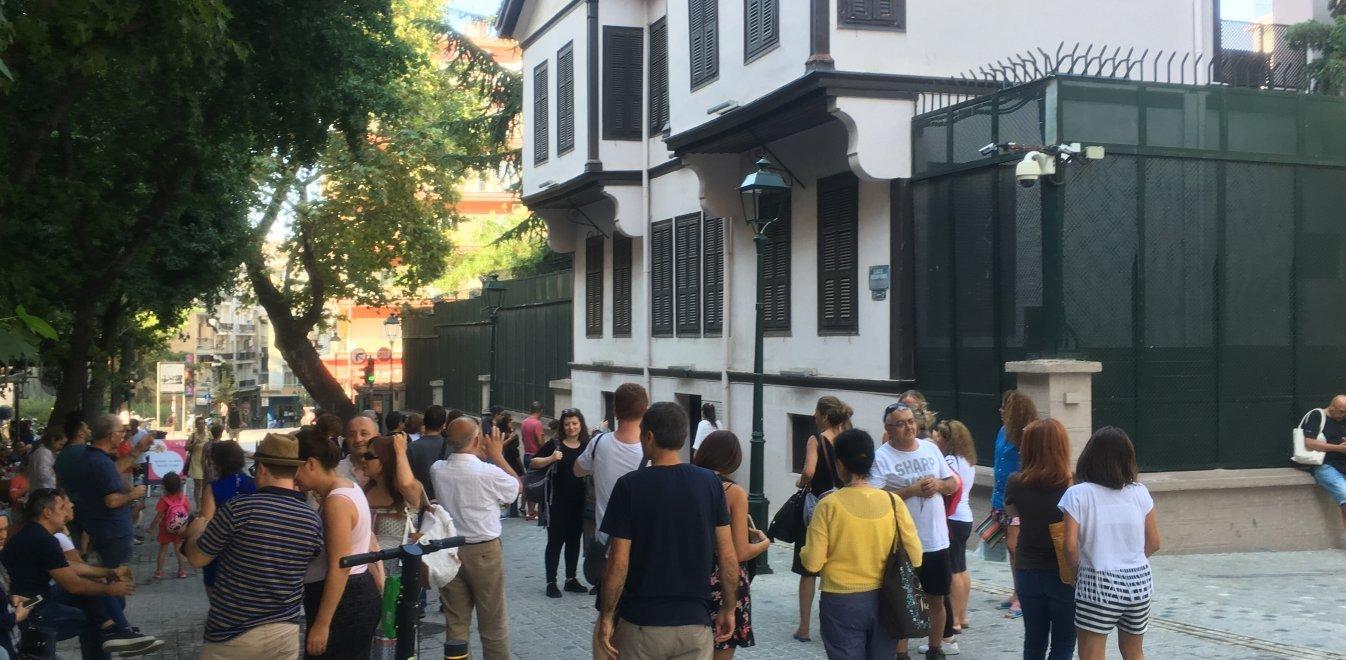 Θεσσαλονίκη: Σέλφι στο σπίτι του Κεμάλ, τσάι και σεργιάνι για εκατοντάδες Τούρκους