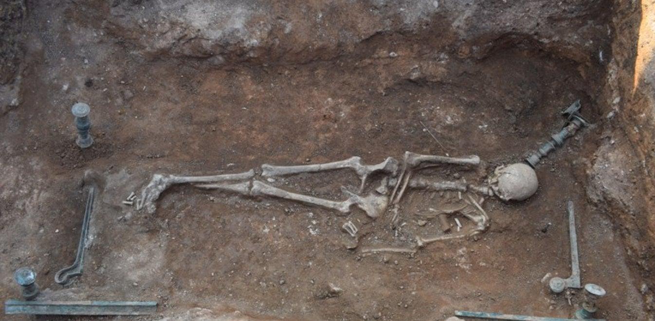 Σπουδαίο αρχαιολογικό εύρημα στην Κοζάνη: Χάλκινη νεκρική κλίνη
