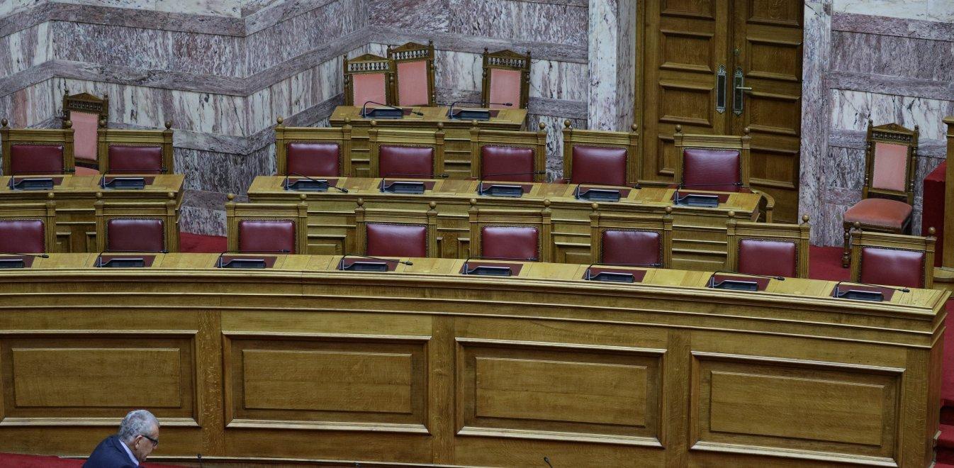 Βουλή: Τα άδεια υπουργικά έδρανα και το κόκκινο σακίδιο του Τσακαλώτου (pics)