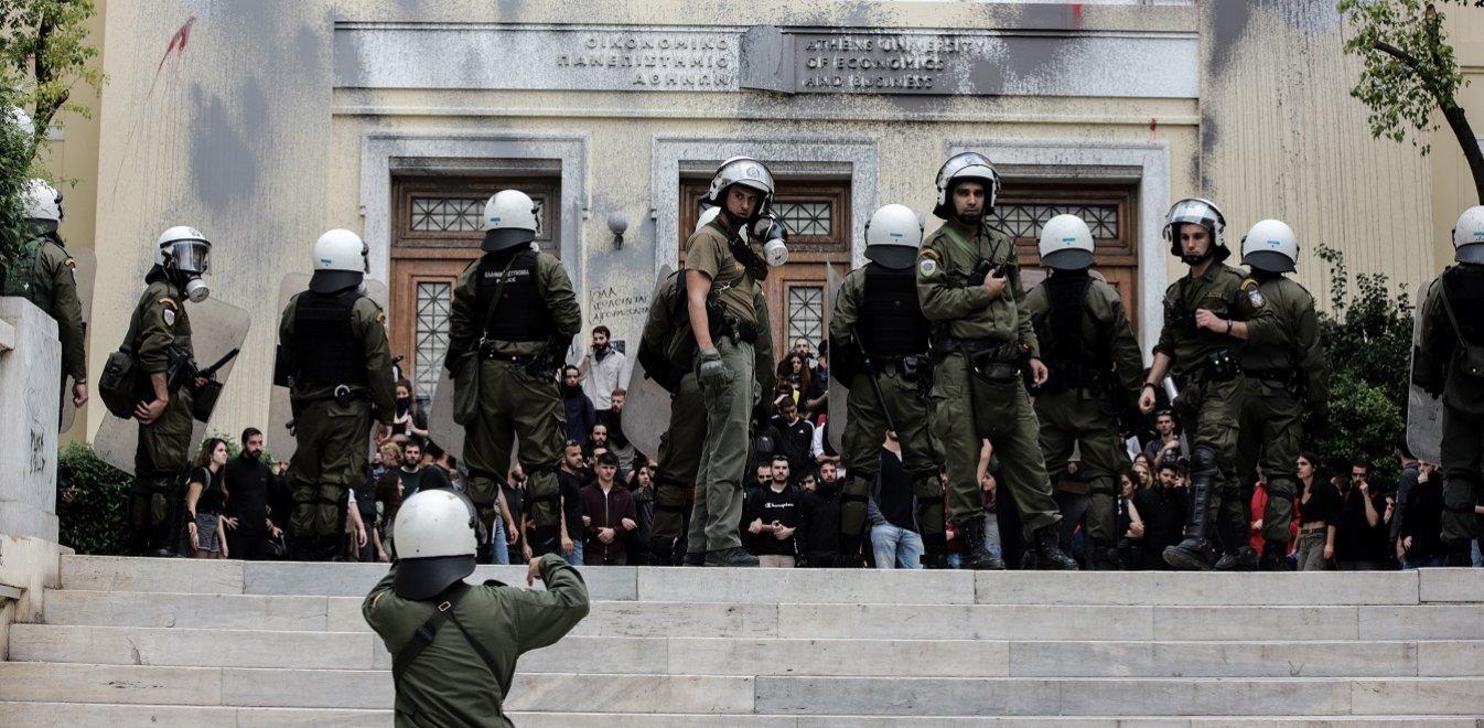 Άγρια αντιπαράθεση ΝΔ - ΣΥΡΙΖΑ για την αστυνομική έφοδο στην ΑΣΟEΕ