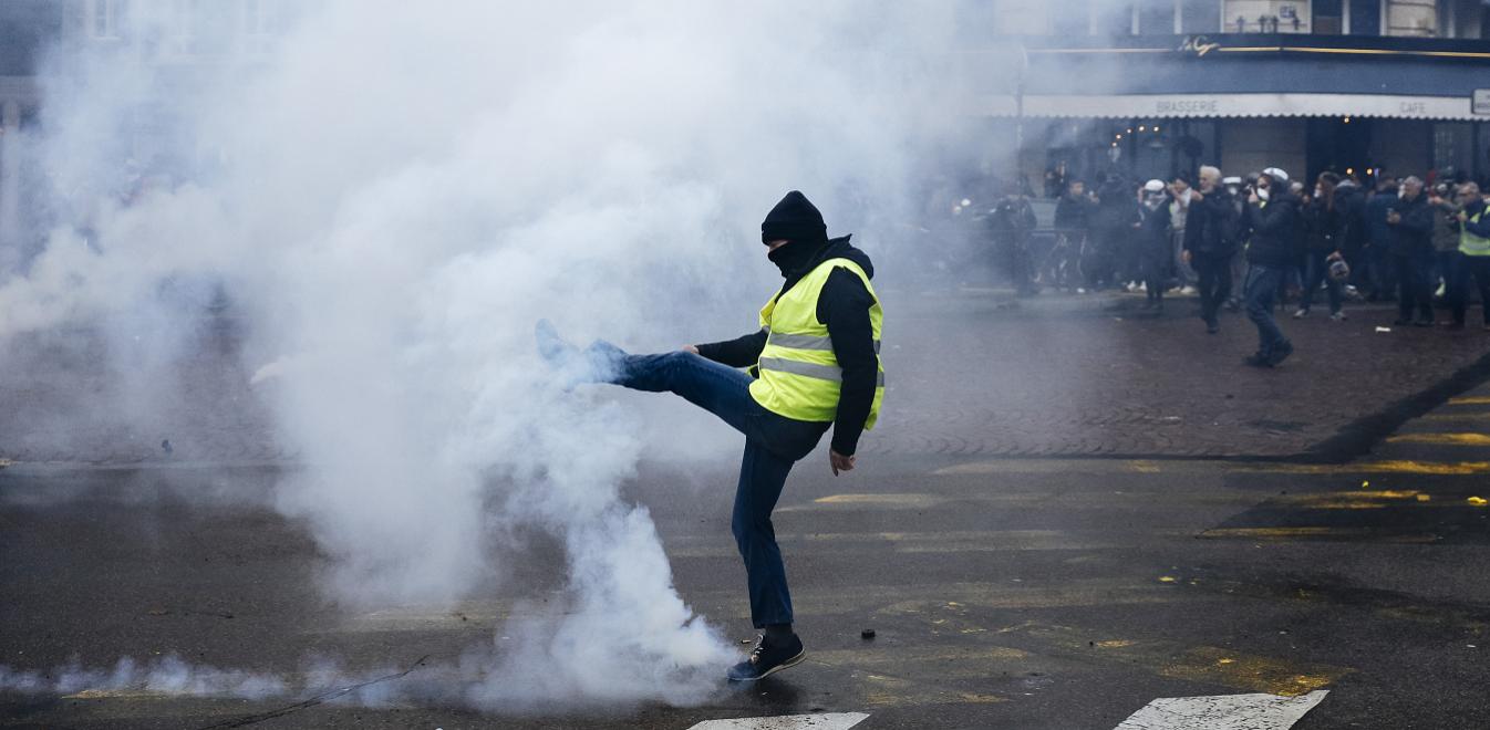 Το Παρίσι φλέγεται: Δακρυγόνα, κανόνια νερού και συλλήψεις στα «Κίτρινα Γιλέκα» (vids)