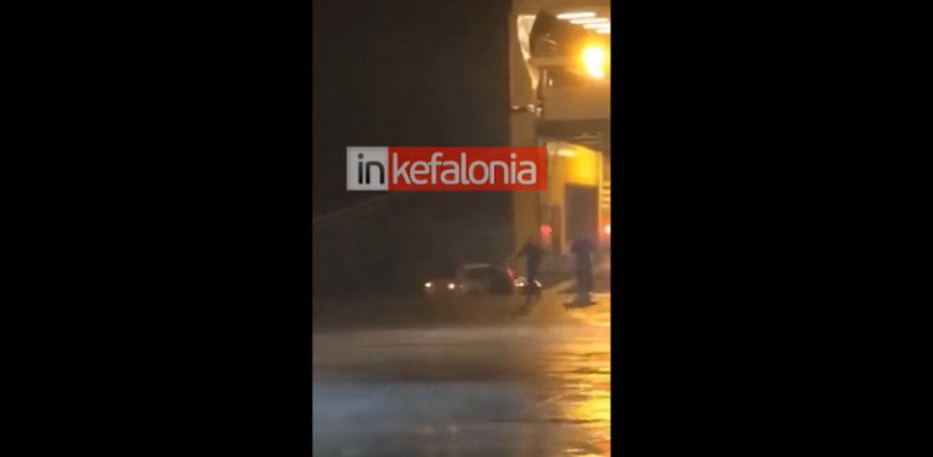 Κυλλήνη: Λιμενικοί ήρωες απεγκλωβίζουν γυναίκα από ΙΧ που βυθίζεται (vid)