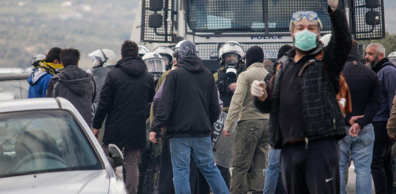Δήμαρχοι τα έψελναν στον Μηταράκη ενώ πολίτες με όπλα έκαναν επίθεση σε ΜΑΤ