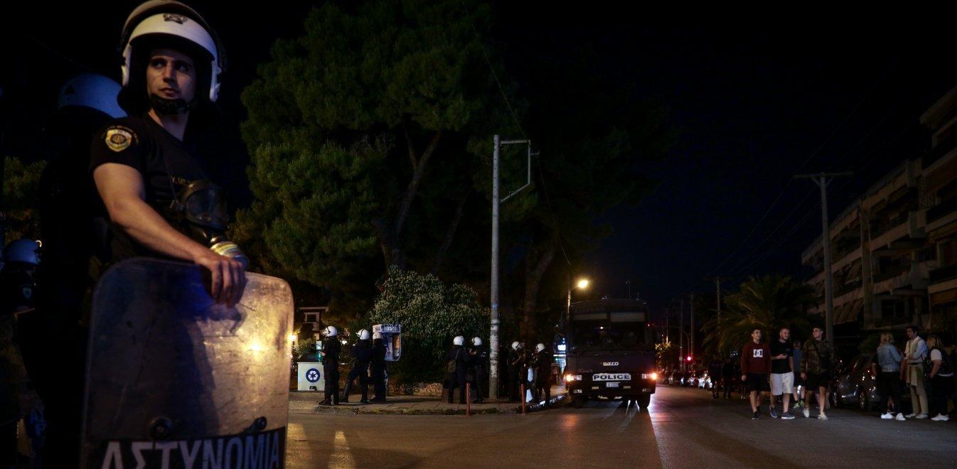 Αγία Παρασκευή: Γέμισε η πλατεία Αγίου Ιωάννου - «Κρυφτούλι» νεαρών με τα ΜΑΤ