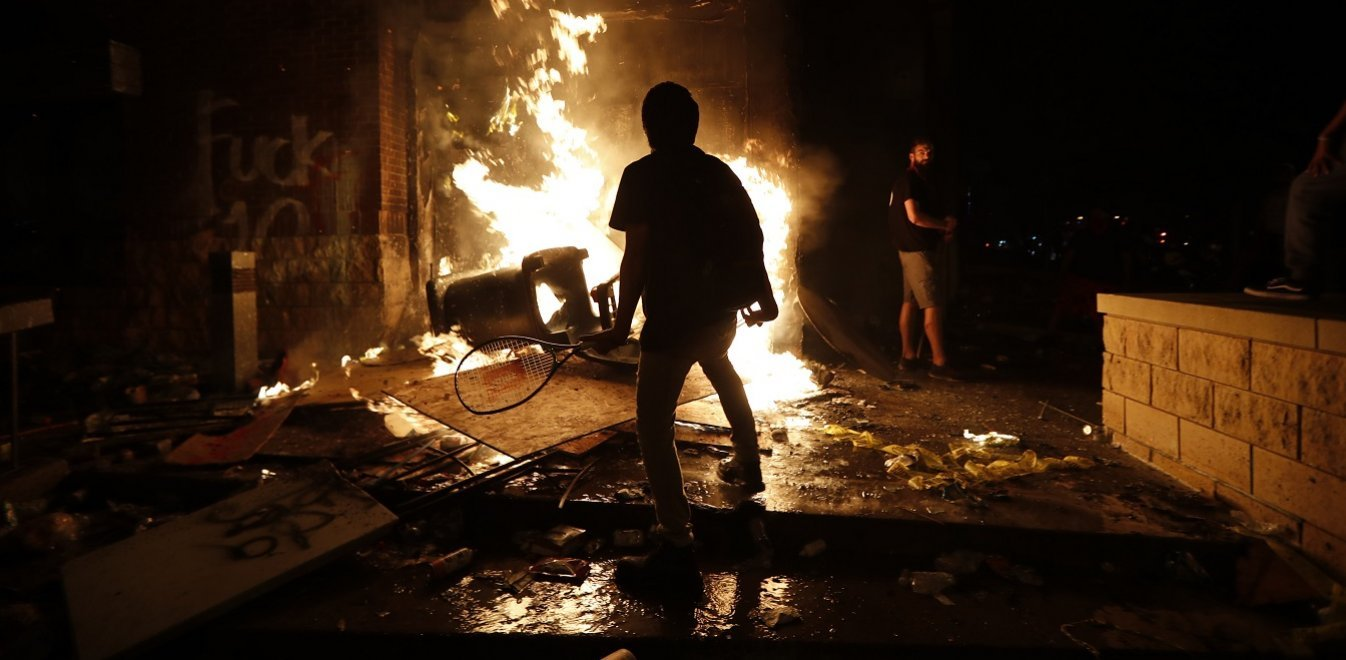Μινεάπολις: Έκαψαν αστυνομικό τμήμα για τη δολοφονία του George Floyd