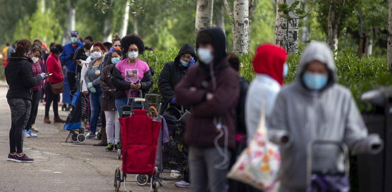 Ισπανία: Ουρές κόσμου για να προμηθευτούν δωρεάν είδη πρώτης ανάγκης