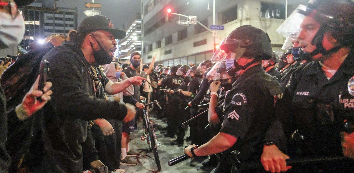Τραβάει το σχοινί ο Τραμπ: Θα χαρακτηρίσει «τρομοκρατική» την οργάνωση ANTIFA