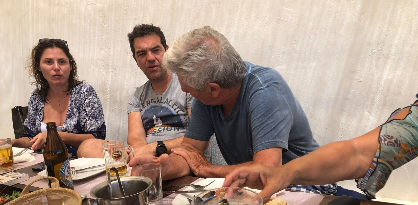 Στιγμές χαλάρωσης για Τσίπρα - Μπαζιάνα στο Κουφονήσι - Πήγαν με «λάντζα»