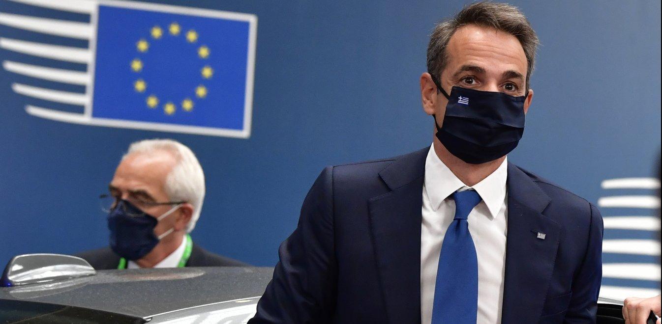 La Libre: Η ελληνική κυβέρνηση περιορίζει δικαιώματα με πρόσχημα την πανδημία