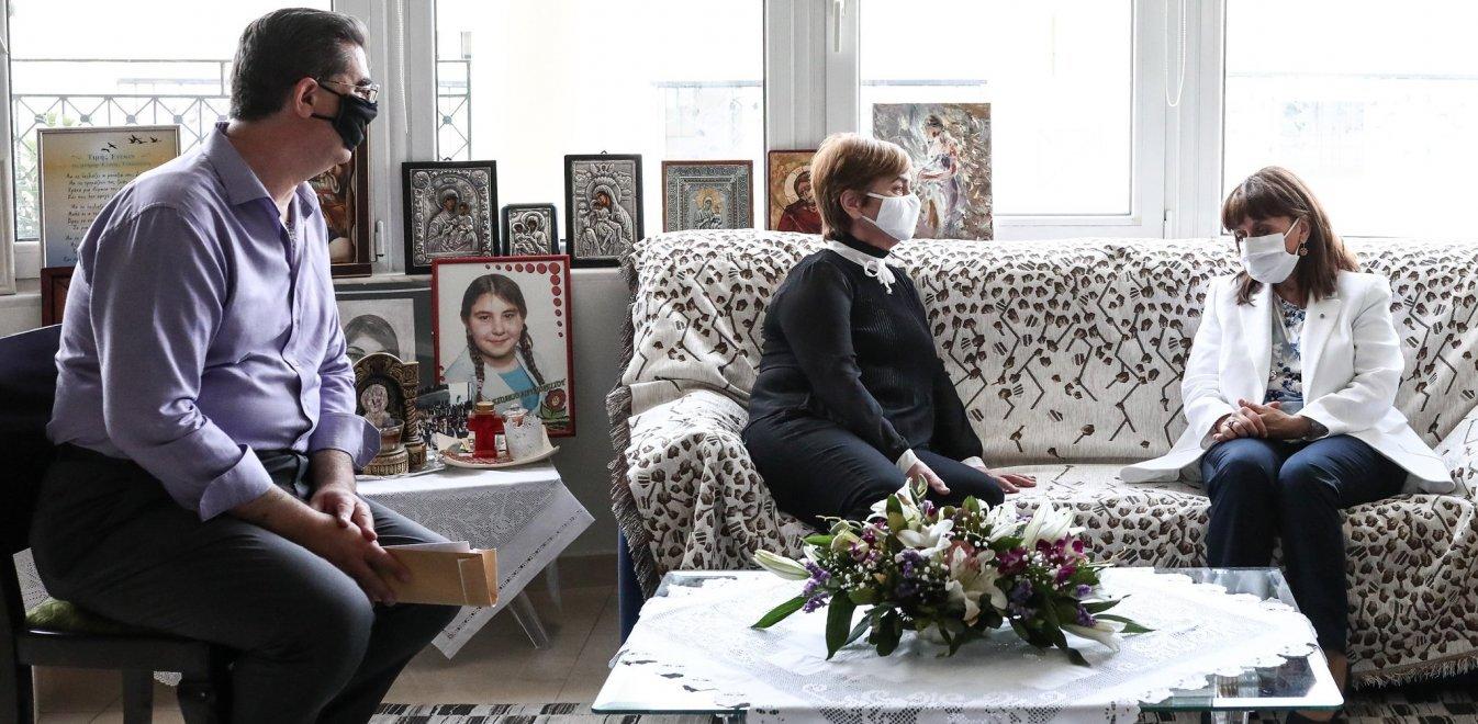 Σακελλαροπούλου: Συναντήθηκε με τους γονείς της Ελένης Τοπαλούδη στο  Διδυμότειχο | Έθνος