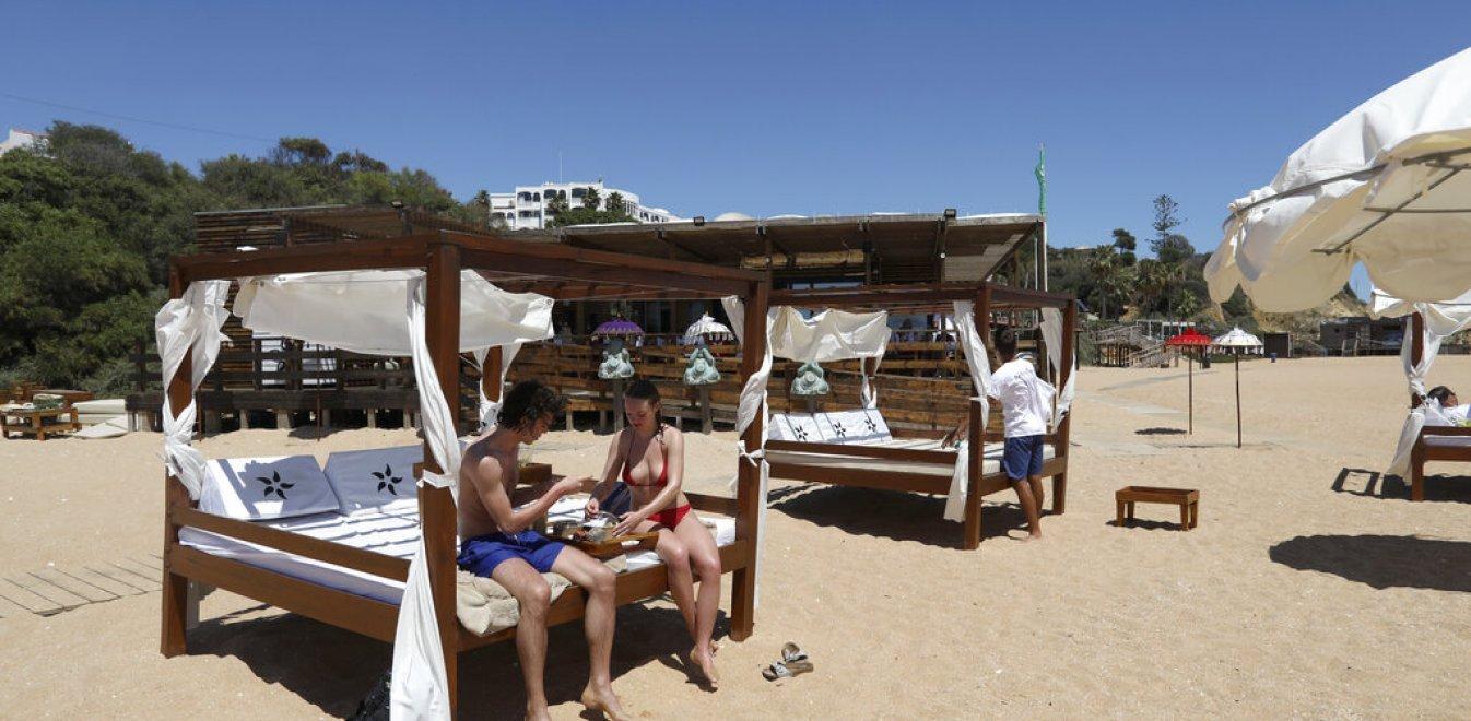 Pareja de vacaciones de verano en Portugal