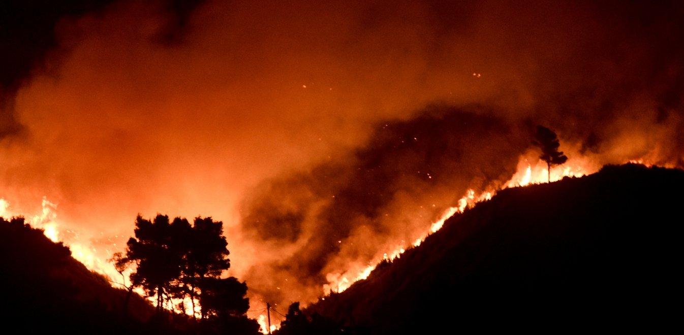 Φωτιά στην Αττική: Απόκοσμες εικόνες στην Εθνική Οδό - «Πύρινο ποτάμι»  περνάει τον δρόμο | Έθνος