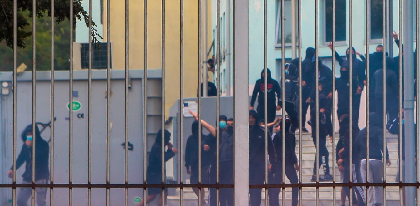 Επεισόδια ΕΠΑΛ Σταυρούπολης: Το προφίλ των συλληφθέντων και τα φυλλάδια της  Χρυσής Αυγής   Έθνος