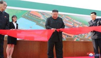 Βόρεια Κορέα: Σπάνε τούβλα και λυγίζουν ράβδους με τον λαιμό ενώ ο Κιμ Γιονγκ Ουν θαυμάζει