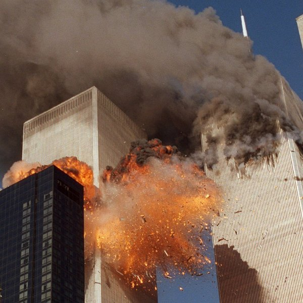 11η Σεπτεμβρίου: Καταρρέουν οι Δίδυμοι Πύργοι - Ο άνθρωπος που πέφτει και η κυρία της σκόνης