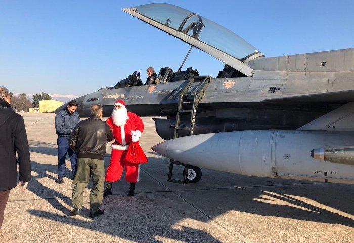 Με F-16 προσγειώθηκε ο Άγιος Βασίλης στη Λάρισα! (pics)