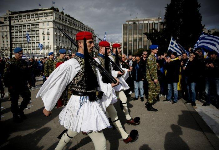 Συλλαλητήριο στο Σύνταγμα: Αποθέωσαν τους Εύζωνες στην αλλαγή φρουράς
