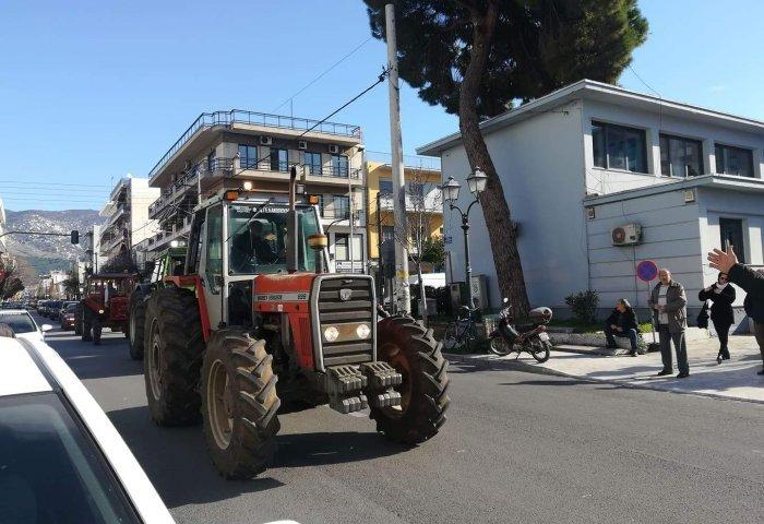 Αγρότες: Τα τρακτέρ μπήκαν στον Βόλο (pics)