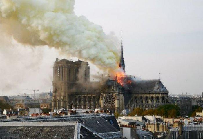 Πυρκαγιά στην Παναγία των Παρισίων