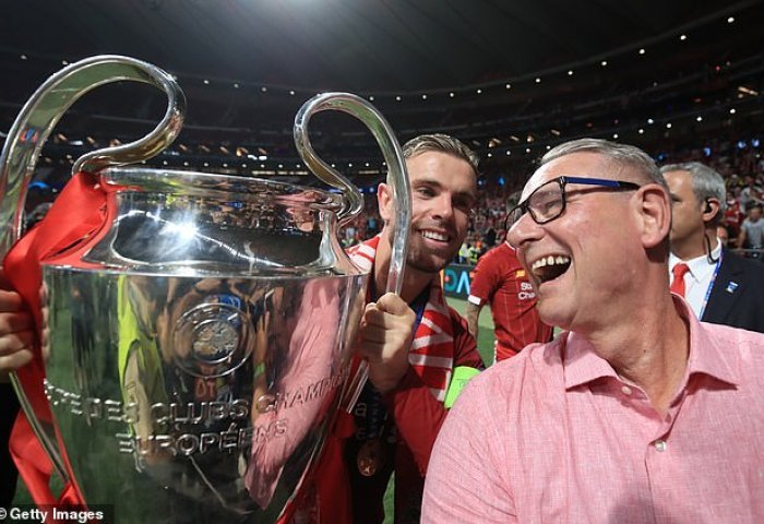 Champions League: Ο δακρυσμένος Χέντερσον αγκαλιάζει τον πατέρα του που νίκησε τον καρκίνο