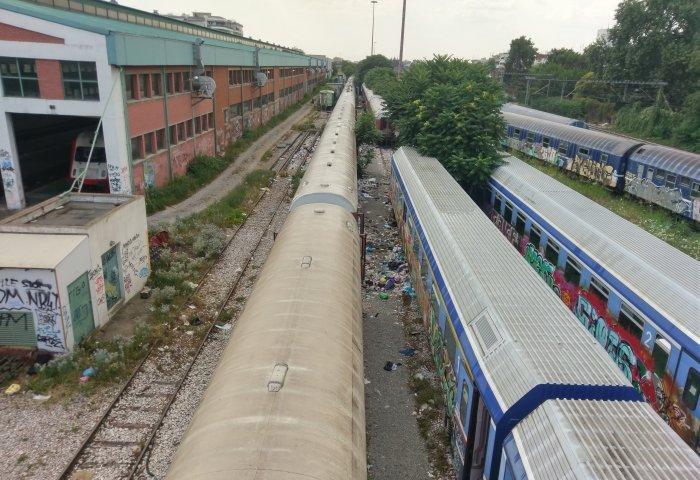 Θεσσαλονίκη: Εικόνες-ντοκουμέντο με τους πρόσφυγες να κοιμούνται στις ράγες των τρένων