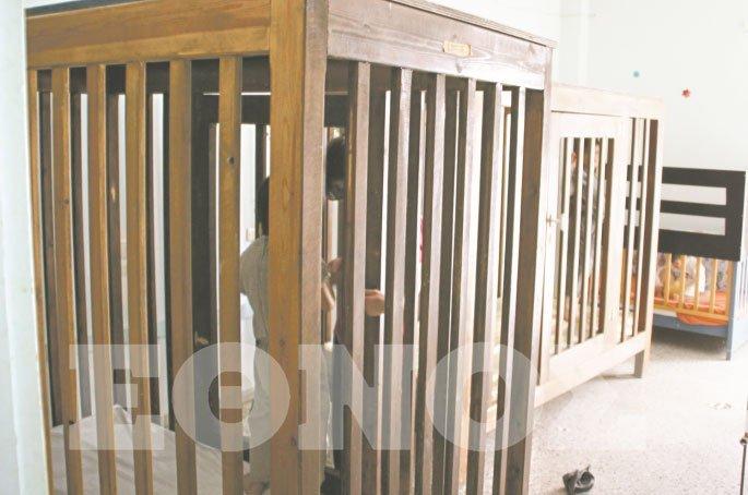Παιδιά σε κλουβιά