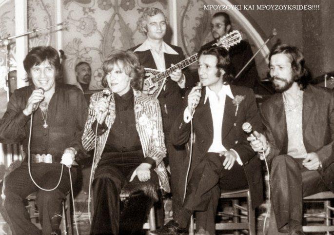 Ο Γ. Πολυκανδριωτης σε μια θεατρική παράσταση, τραγουδούν οι Κώστας Καρράς, Μάρω Κοντού, Σωτήρης Μουστάκας και ο Μεταξόπουλος