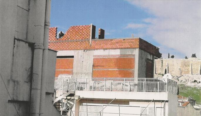 Οπως φαίνεται και στη φωτογραφία που δηµοσιεύει το «Εθνος», οι οικοδοµικές εργασίες βρίσκονται ακριβώς στο σηµείο εκείνο που κρύβουν τη θέα προς τον Βράχο της Ακρόπολης