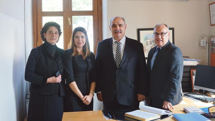 Η Παρασκευή Μπερµπέρη, Κατάκαλου, διευθύντρια του νηπιαγωγείου-δηµοτικού, η Τουρκάλα υποδιευθύντρια και ο υφυπουργός Εξωτερικών Μ. Μπόλαρης
