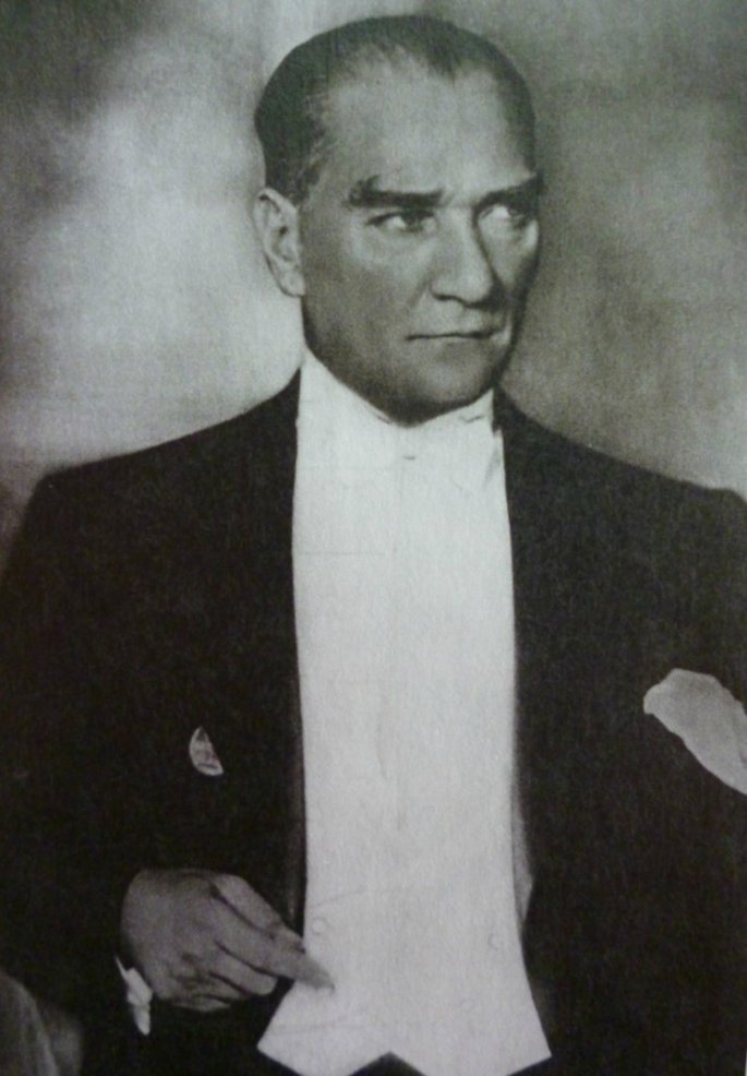 """Ο Ατατούρκ, θεμελιωτής του κοσμικού κράτους """"εκ των άνω"""". Στη βάση της τουρκικής κοινωνίας η οθωμανική-ισλαμική παράδοση παρέμεινε ζωντανή"""