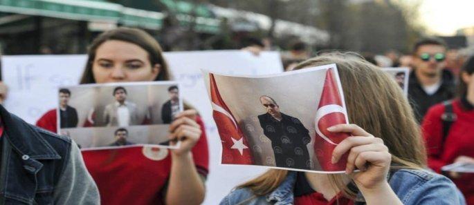 Διαμαρτυρίες Αλβανών του Κοσόβου για το πραξικοπηματικό κλείσιμο από τον Ερντογάν γκιουλεκικών σχολείων στο Κόσοβο