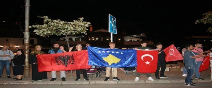 Αλβανοί στο Κόσοβο που επιχαίρουν για την νίκη του Ερντογάν