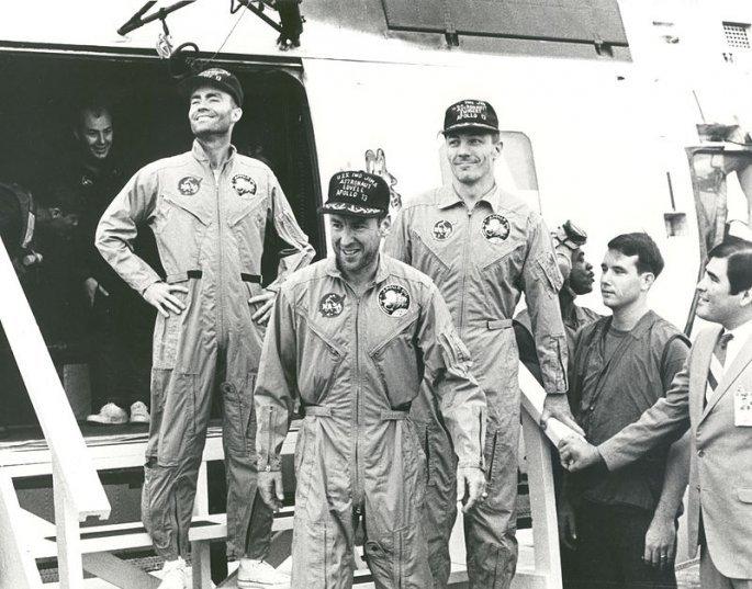 800px-apollo_13_astronauts_on_the_u.s.s._iwo_jima_-_gpn-2002-000054.jpg