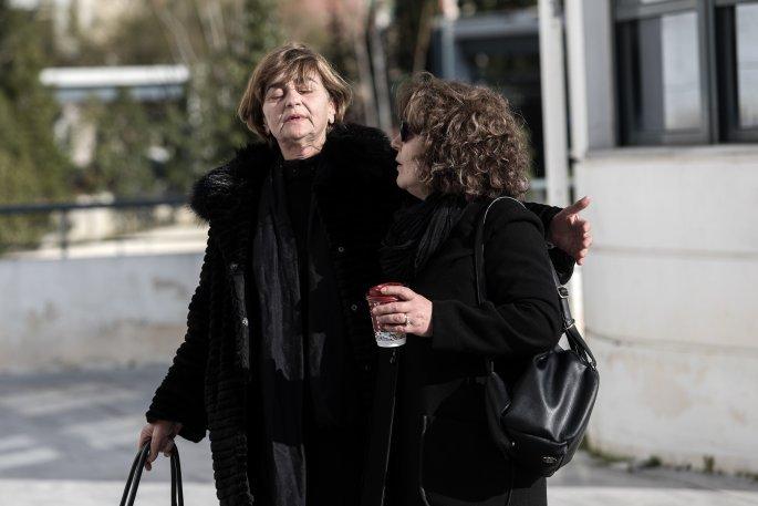 Η μάνα της Ελένης Τοπαλούδη καταρρέει στην αγκαλιά της Μάγδας Φύσσα (eurokinissi)