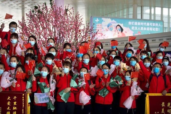 Αποχαιρετισμός στους γιατρούς που φεύγουν από τη Γουχάν
