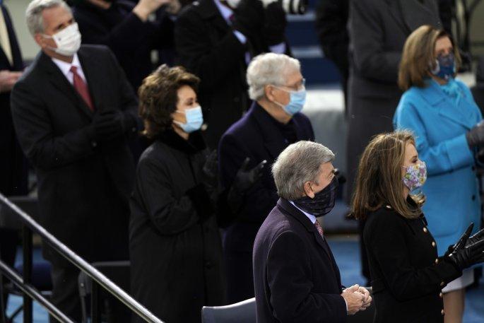 Ο επικεφαλής των Ρεπουμπλικάνων στη Γερουσία, Μιτς Μακ Κόνελ με τη σύζυγό του Έλεν Χάο. Δεξιά η πρόεδρος της Βουλής των Αντιπροσώπων, Νάνσι Πελόζι