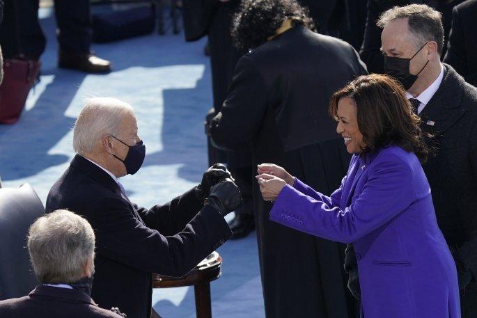 Tζο Μπάιντεν και Κάμαλα Χάρις δίνουν τα χέρια μετά την ορκωμοσία τους