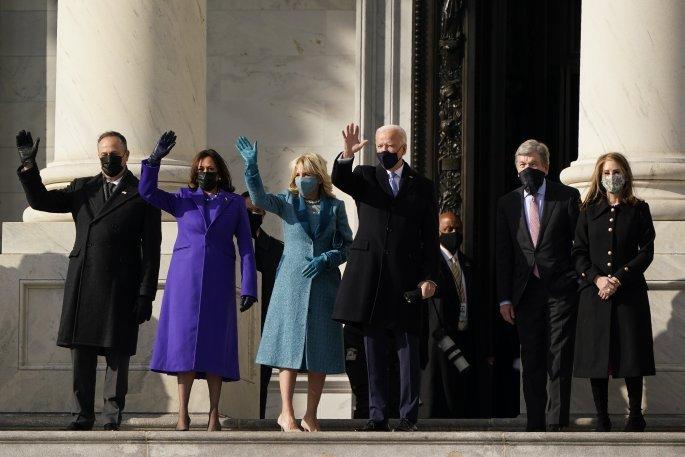 Ο Τζο Μπάιντεν και η Κάμαλα Χάρις με τους συζύγους τους μετά την ορκωμοσία