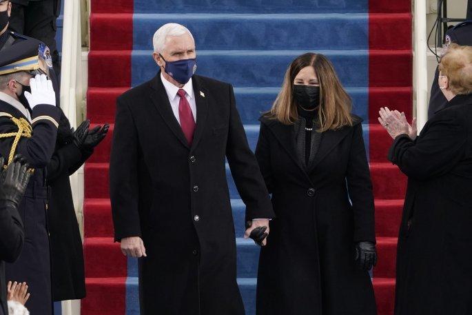 Ο απερχόμενος αντιπρόεδρος των ΗΠΑ, Μάικ Πενς με τη σύζυγό του