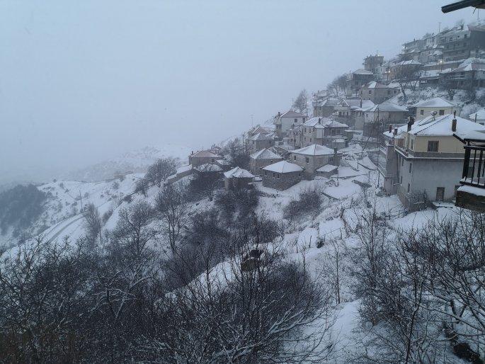 Χιονίζει στα ορεινά της Λάρισας