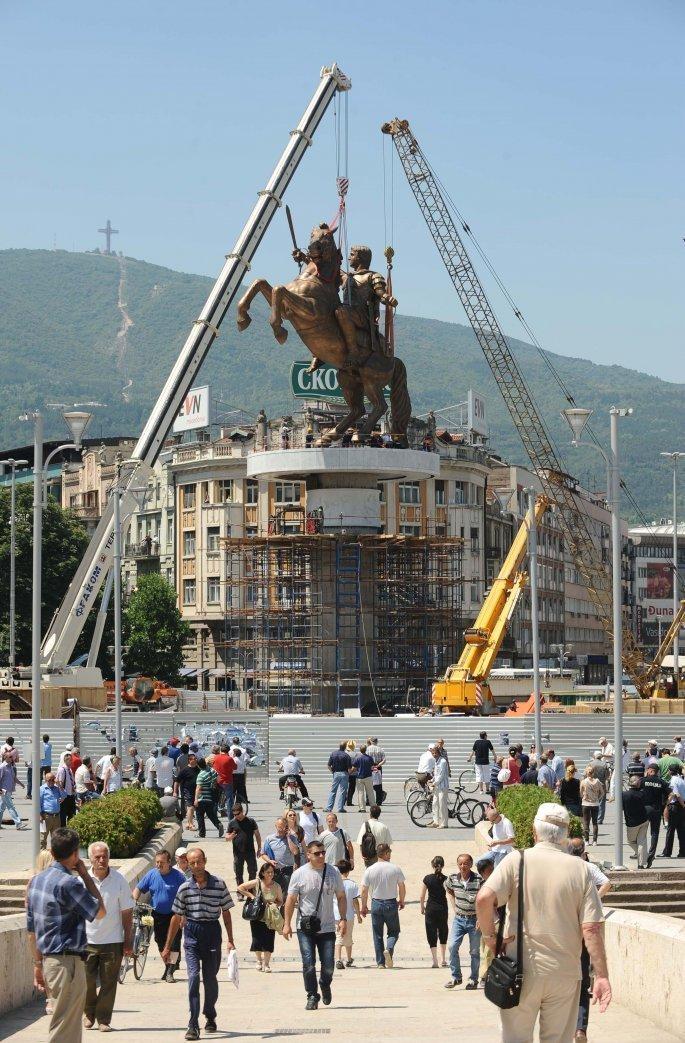 Associated Press-Η τοποθέτηση των αγαλμάτων κατά τη διάρκεια του πρότζεκτ Σκόπια 2014